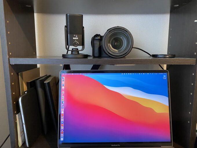Macの上にカメラを置いて